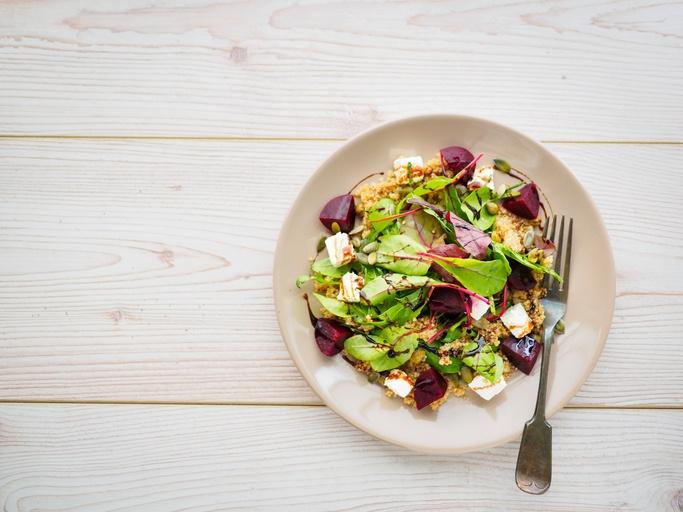 Salada de quinoa com alcaparras