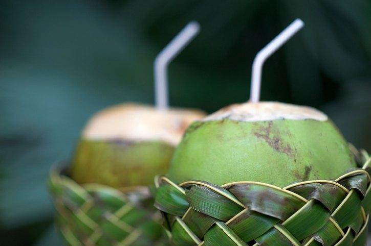 A água de coco ajuda a minimizar marcas de expressão e rugas (foto: istock)