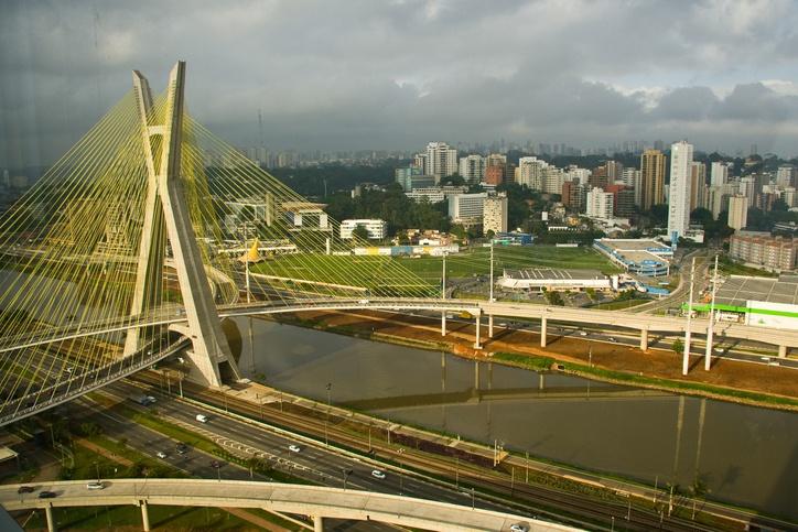 Ciclovia permeia o rio Pinheiros de um lado e a linha de trem do outro lado (foto: istock)