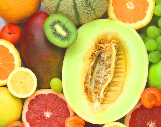 Diversifique, mas sempre mantenha frutas ricas em vitamina C na fruteira de casa (foto: istock)