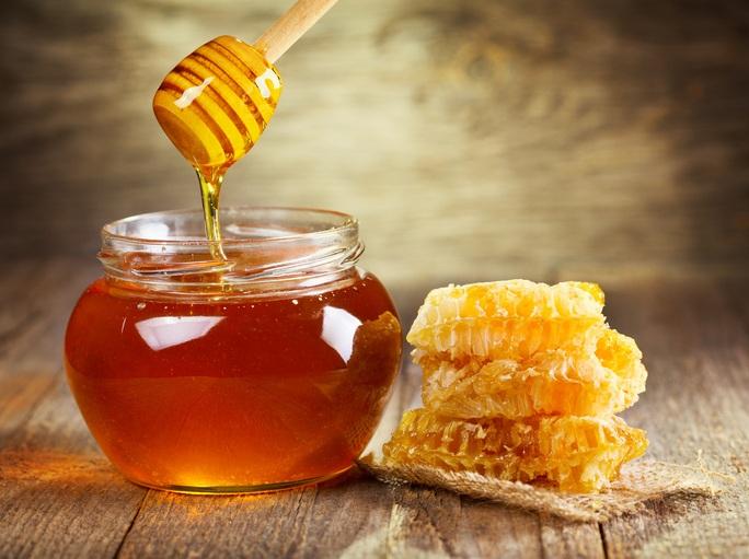 As enzimas naturais do mel limpam a pele de forma profunda e eliminam as toxinas (foto: istock)
