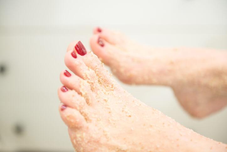 Esfoliar devolve a maciez aos pés (foto: istock)