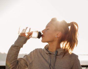 os benefícios de beber água
